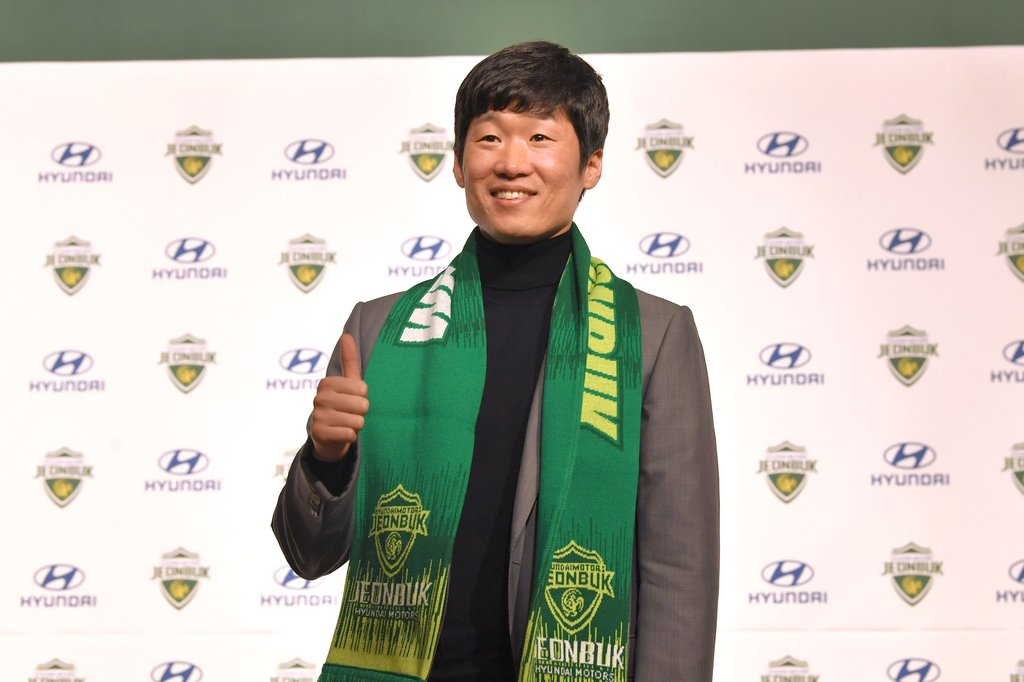 Former South Korean men's national football captain Park Ji-sung poses for photos at the start of his introductory press conference as a new adviser for Jeonbuk Hyundai Motors in Goyang, Gyeonggi Province, on Jan. 21, 2021, in this photo provided by Jeonbuk. (PHOTO NOT FOR SALE) (Yonhap)