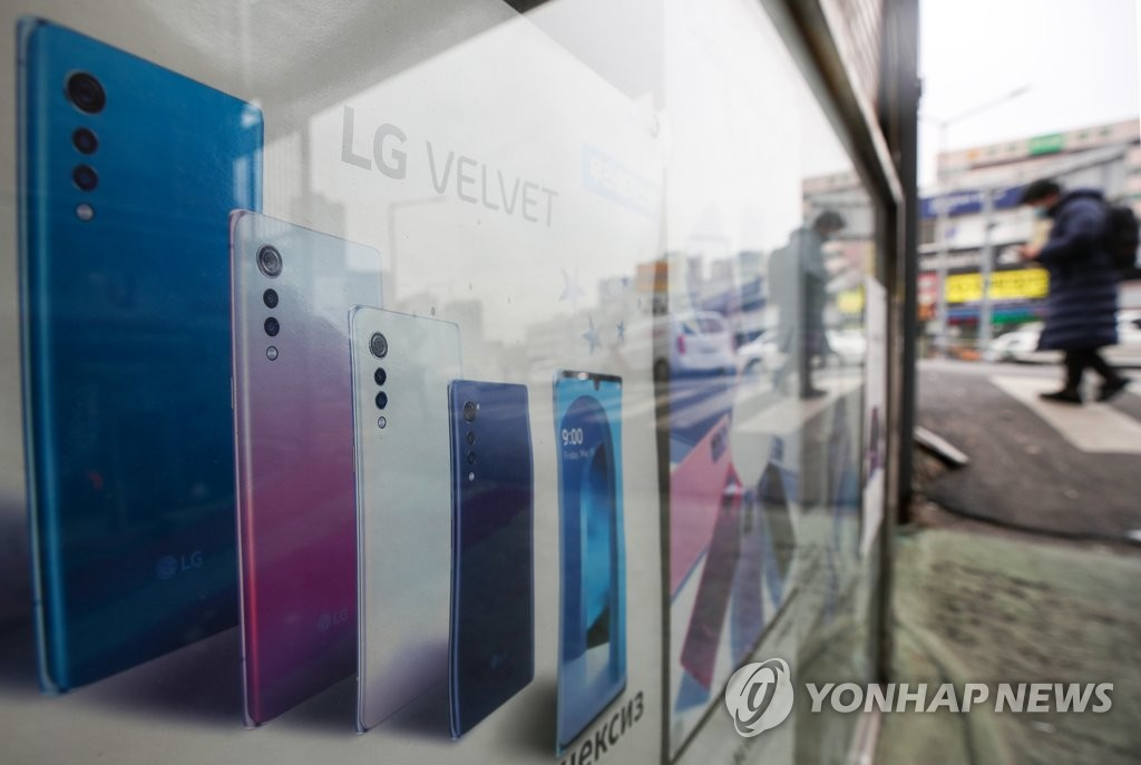 This photo taken on Jan. 21, 2021, shows a poster promoting LG Electronics Inc.'s Velvet smartphone at an electronics store in Seoul. (Yonhap)