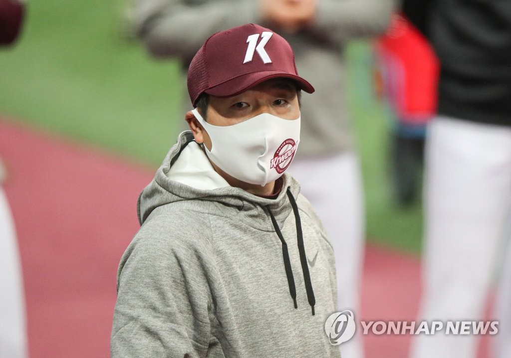 In this file photo from Feb. 1, 2021, Kiwoom Heroes' manager Hong Won-ki addresses his team at the start of spring training at Gocheok Sky Dome in Seoul. (Yonhap)