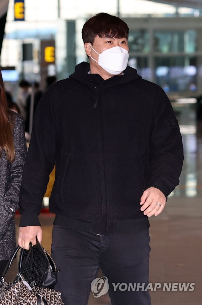 Toronto Blue Jays' pitcher Ryu Hyun-jin prepares to depart for the United States in preparation for spring training at Incheon International Airport, west of Seoul, on Feb. 3, 2021. (Yonhap)