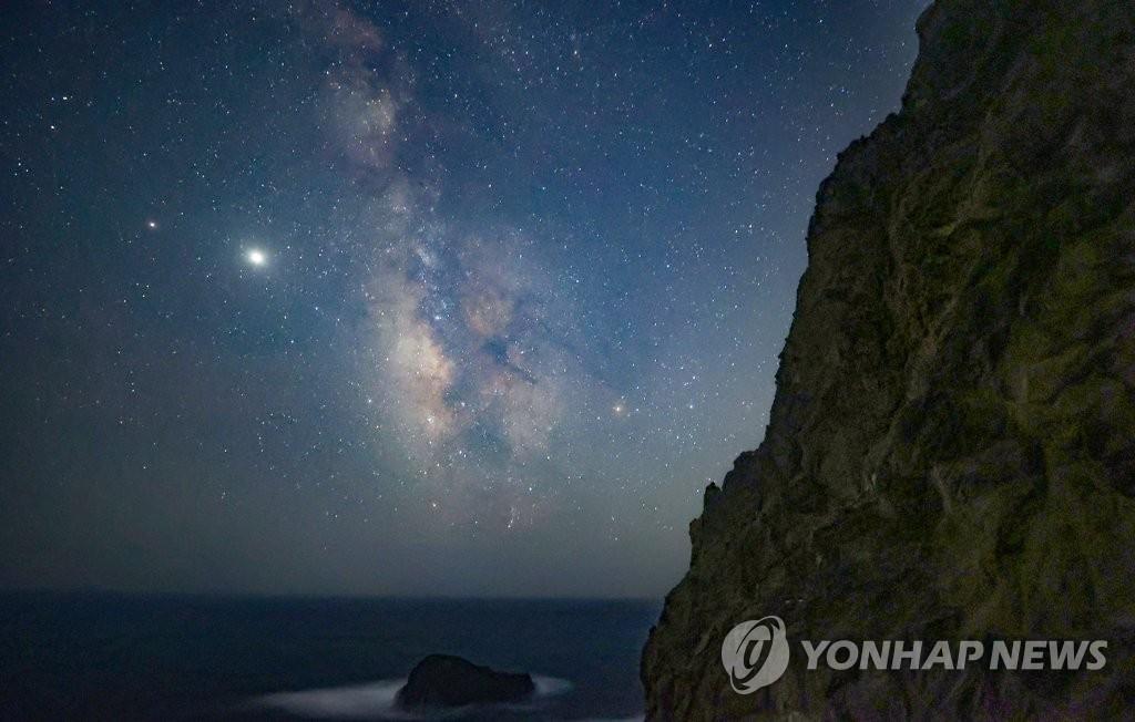 한국보도사진전 네이처 최우수작 '은하수 펼쳐진 독도의 밤'