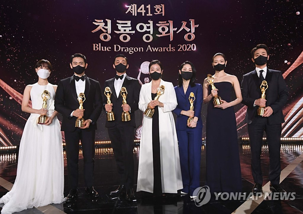 This photo, provided by The Sports Chosun, shows winners of the 41st Blue Dragon Awards held at Paradise City in Incheon, 40 km west of Seoul, on Feb. 9, 2021. (PHOTO NOT FOR SALE) (Yonhap)