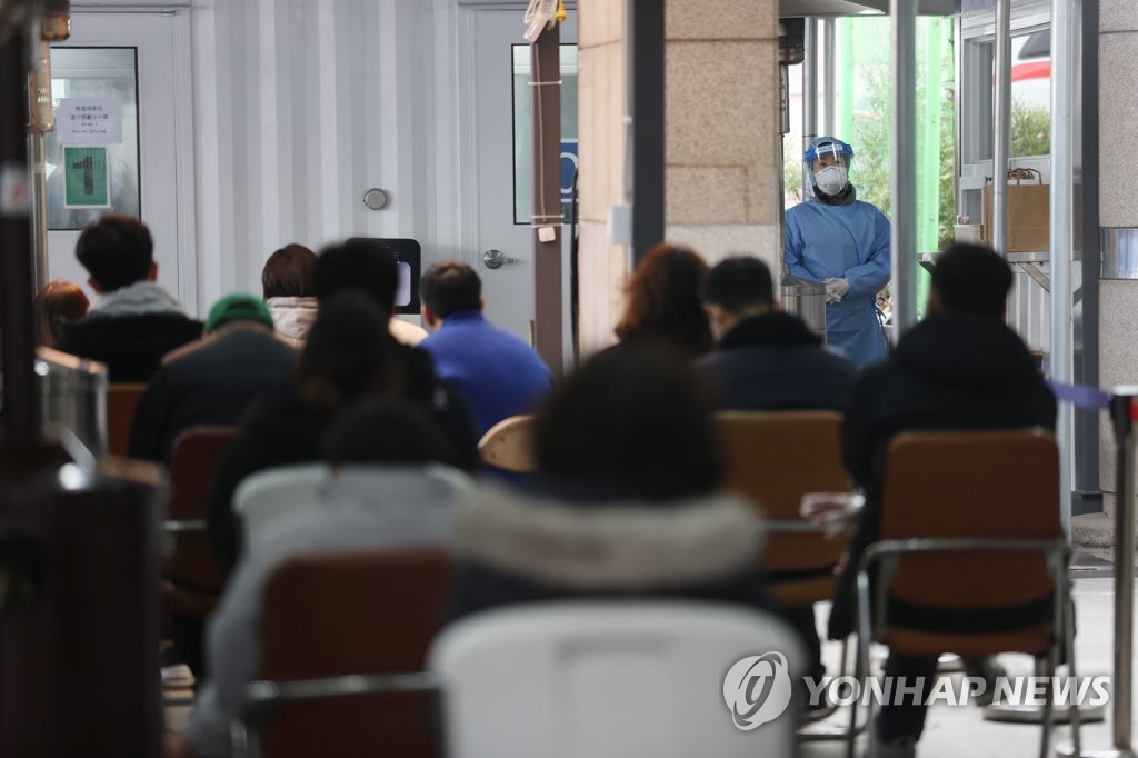 Citizens wait to receive COVID-19 tests at a makeshift clinic in Seoul on Feb. 22, 2021. (Yonhap)