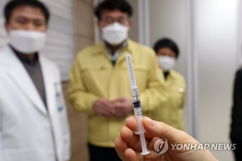 A medical worker holds up a shot containing AstraZeneca's COVID-19 vaccine at a hospital in Gwangju, 330 kilometers south of Seoul, on Feb. 27, 2021. (Yonhap)