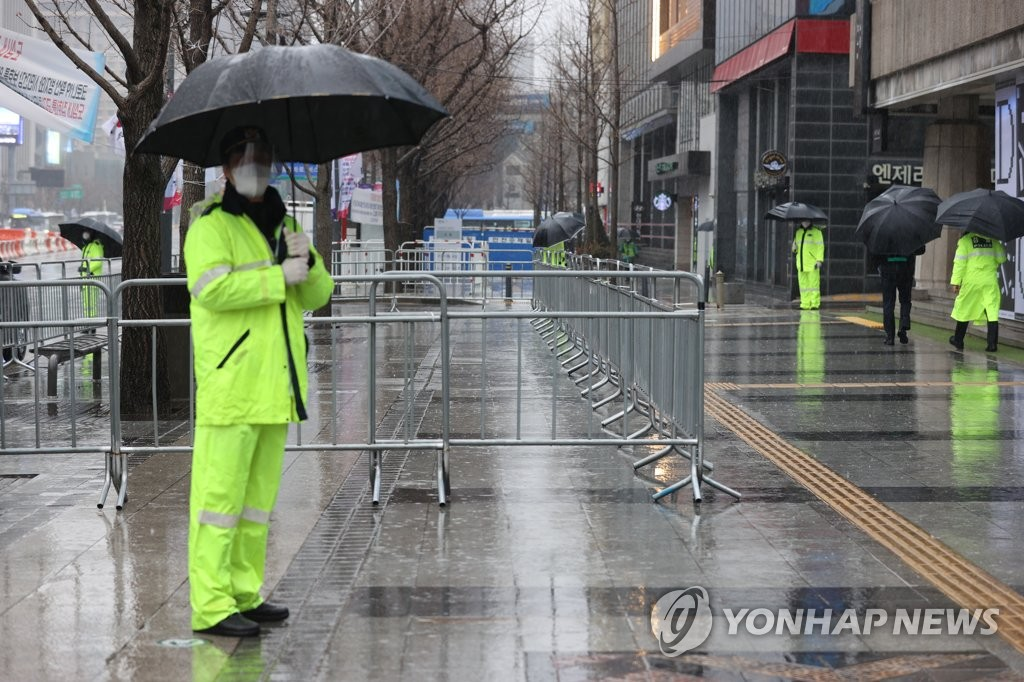 Police fence off streets near Gwanghwamun Square in Seoul on March 1, 2021. (Yonhap)