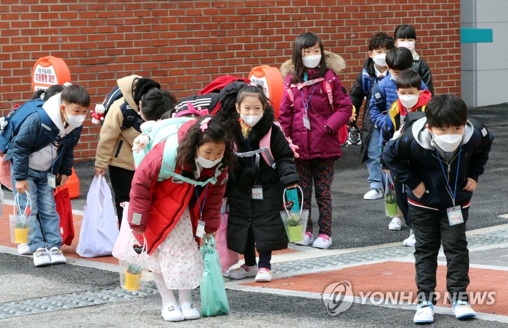 Students bow to faculty members at an elementary school in Gwangju, 330 kilometers south of Seoul, on March 2, 2021. (Yonhap)