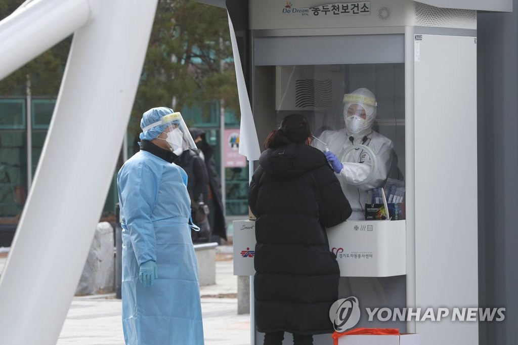 This photo taken on March 2, 2021, shows a citizen receiving a virus test at a makeshift COVID-19 testing clinic in Dongducheon, north of Seoul. (Yonhap)