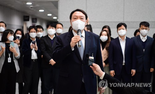 Yoon Seok-youl's support rate shoots up after resignation to lead polls on presidential race