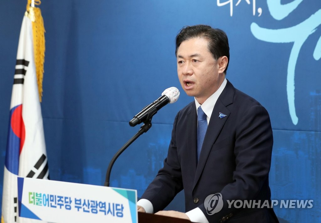 Former Oceans Minister Kim Young-choon gives an acceptance speech in Busan, 450 kilometers southeast of Seoul, on March 6, 2021, after being named the Democratic Party's candidate for Busan mayoral by-election. (Yonhap)