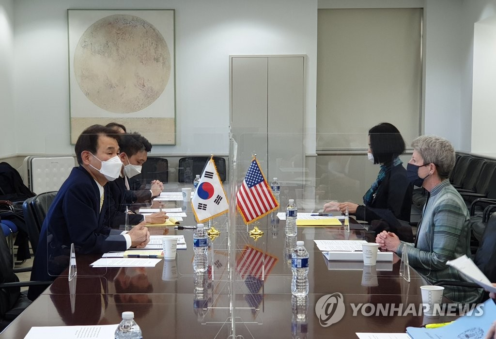 Jeong Eun-bo, South Korea's chief negotiator in defense cost-sharing talks with the United States (L), and his U.S. counterpart, Donna Welton, engage in the latest round of negotiations on March 7, 2021, in this photo provided by the foreign ministry. (PHOTO NOT FOR SALE) (Yonhap)