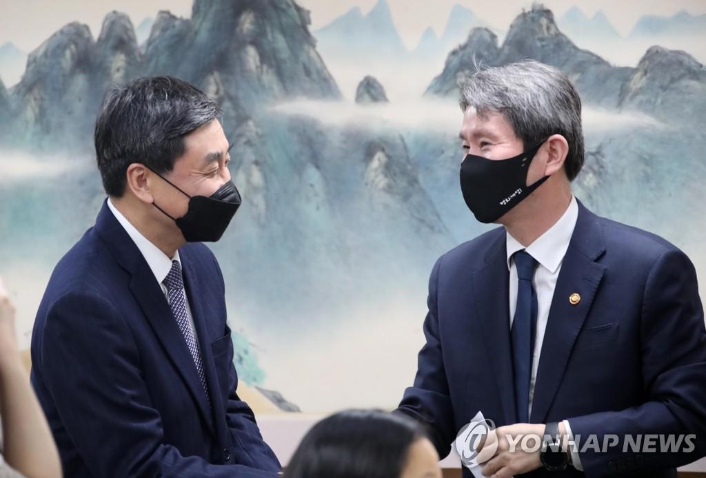 인사 나누는 이인영 장관과 이종걸 민화협 대표상임의장