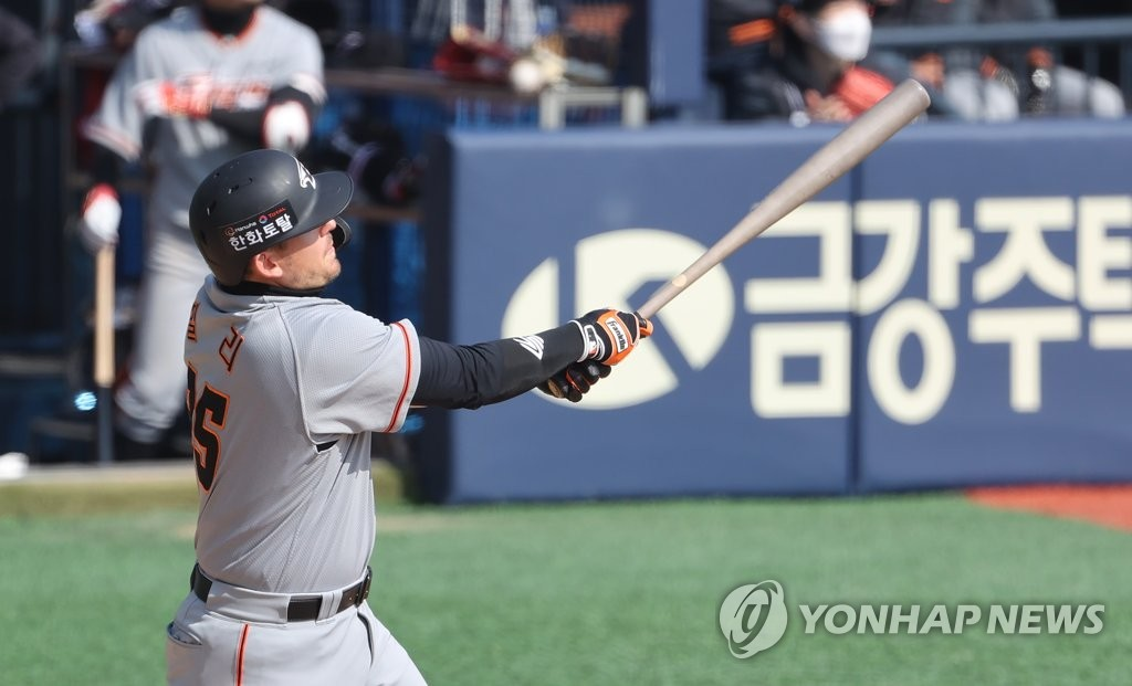 Ryon Healy of the Hanwha Eagles watches his three-run home run against the Doosan Bears in the top of the sixth inning of a Korea Baseball Organization preseason game at Jamsil Baseball Stadium in Seoul on March 23, 2021. (Yonhap)