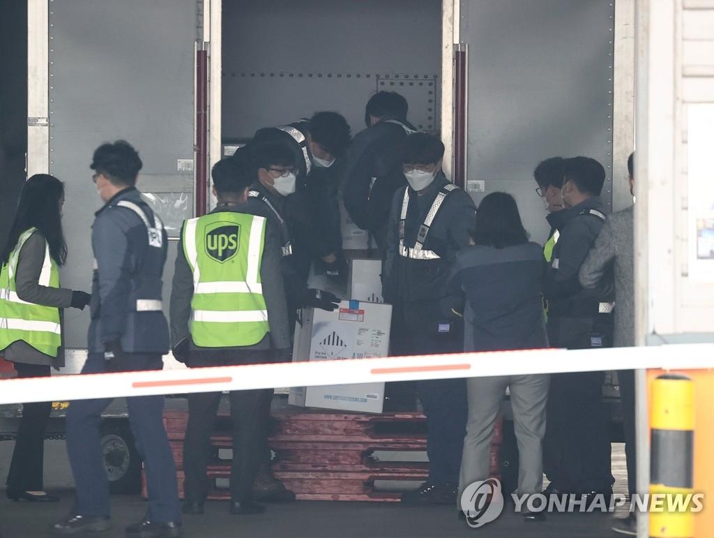 고령층 접종 앞두고 지난 3월 한국에 도착한 화이자백신