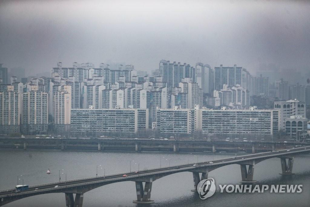 여의도에서 바라본 서울 시내 아파트들
