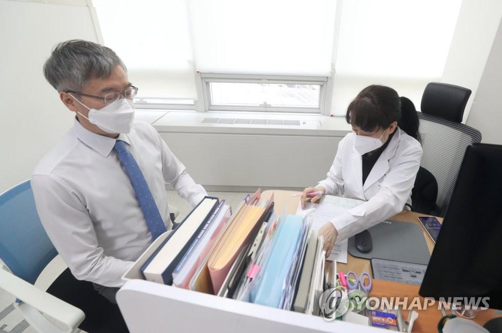 접종 전 예진하는 이상훈 대한치과의사협회장
