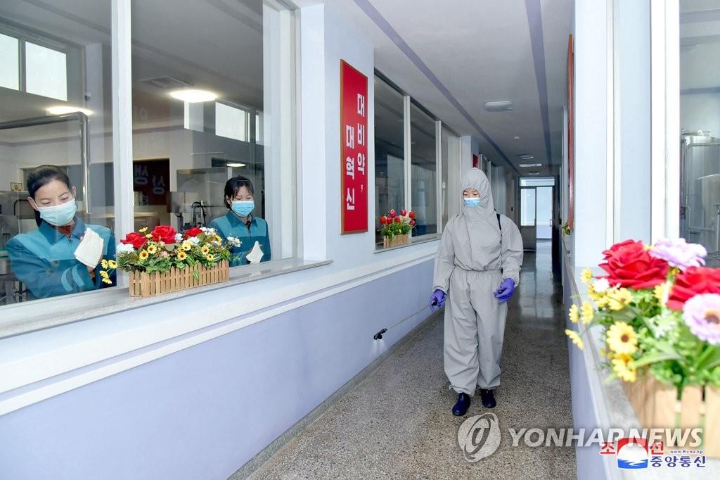 방역사업 강화하는 평양 대성산샘물공장
