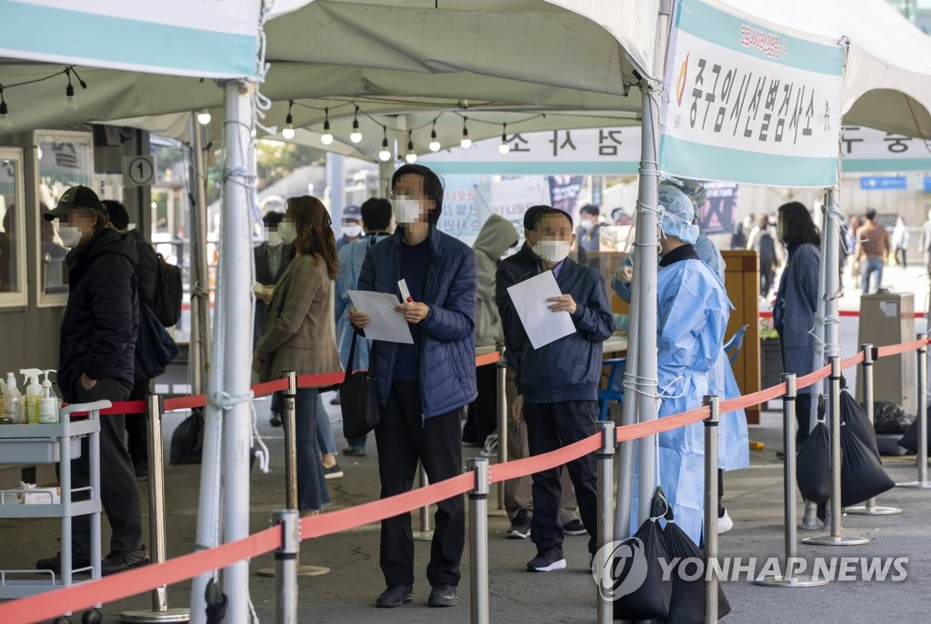 People line up to be tested for COVID-19 at a temporary testing center at Seoul Station in central Seoul on April 8, 2021. (Yonhap)