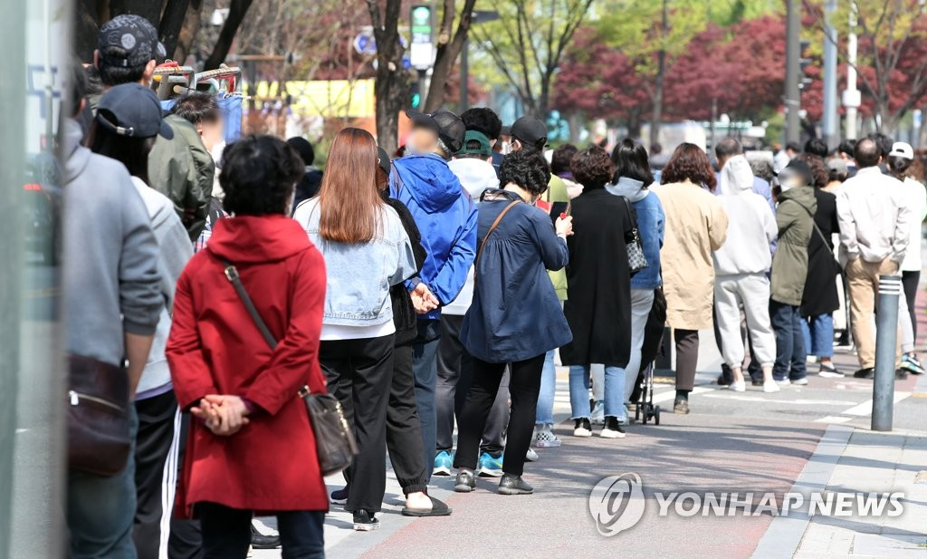 Citizens wait in a line to receive COVID-19 tests at a makeshift clinic in eastern Seoul on April 11, 2021. (Yonhap)
