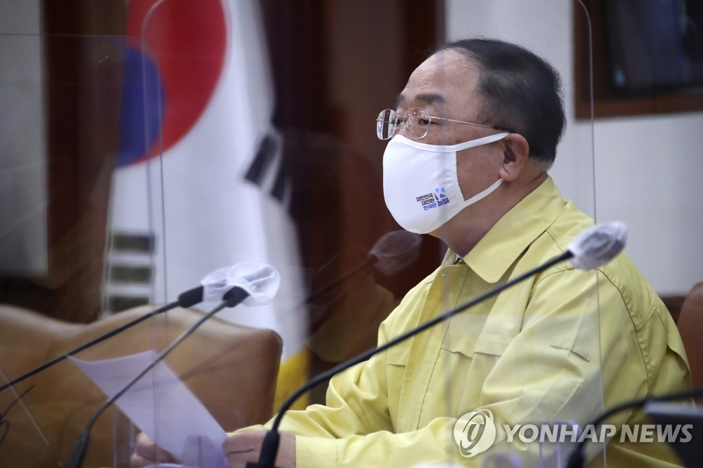 """홍남기 """"4 월까지 300 만, 상반기 1,200 만 예방 접종 목표"""