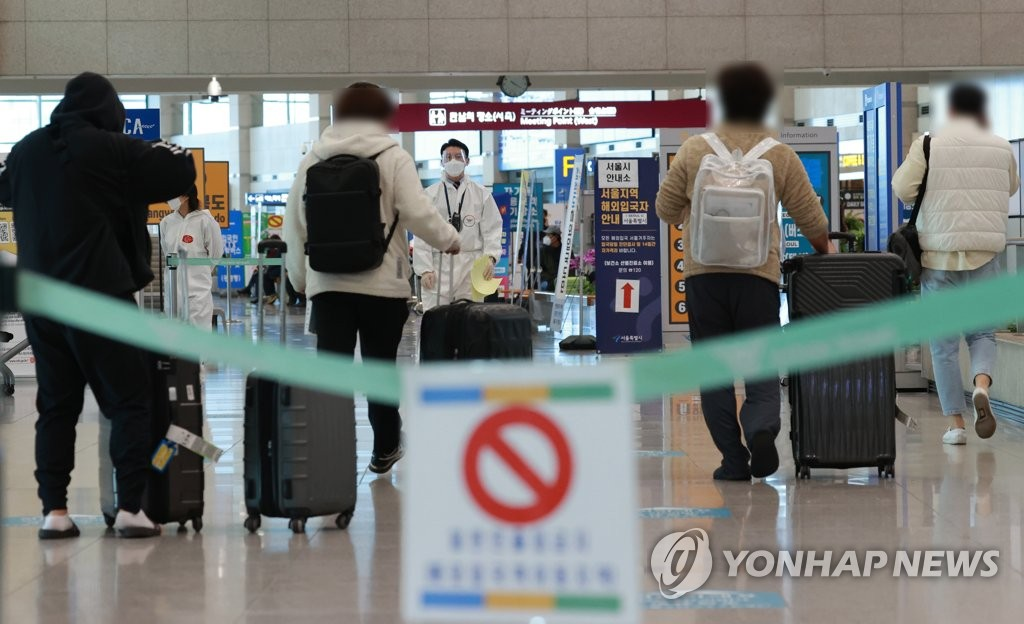 Passengers follow quarantine measures at the arrival hall of Incheon International Airport, west of Seoul, on April 20, 2021. (Yonhap)