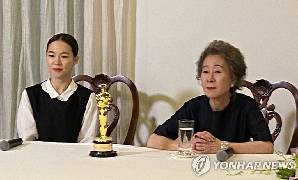 "South Korean screen veteran Youn Yuh-jung (R) and her ""Minari"" co-star Han Yeri speak to correspondents at a news conference held at the country's consulate general in Los Angeles on April 26, 2021. (Yonhap)"
