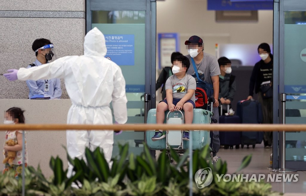 South Koreans residing in virus-hit India arrive at Incheon International Airport, west of Seoul, on May 12, 2021. (Yonhap)