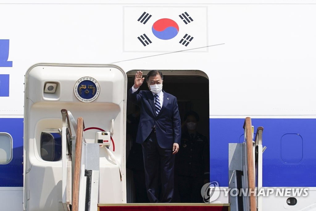 President Moon Jae-in waves as he boards the presidential jet at Seoul Air Base in Seongnam, south of Seoul, on May 19, 2021, for a trip to Washington D.C. (Yonhap)