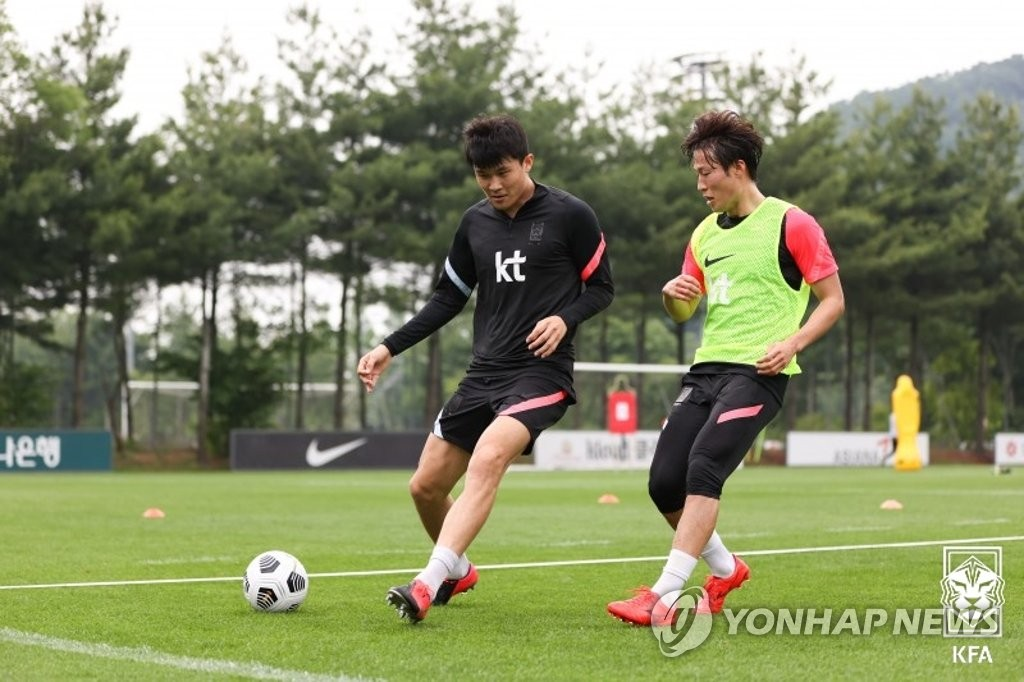 Kim Min-jae (L) and Son Jun-ho of the South Korean men's national football team train at the National Football Center in Paju, Gyeonggi Province, on June 1, 2021, in this photo provided by the Korea Football Association. (PHOTO NOT FOR SALE) (Yonhap)