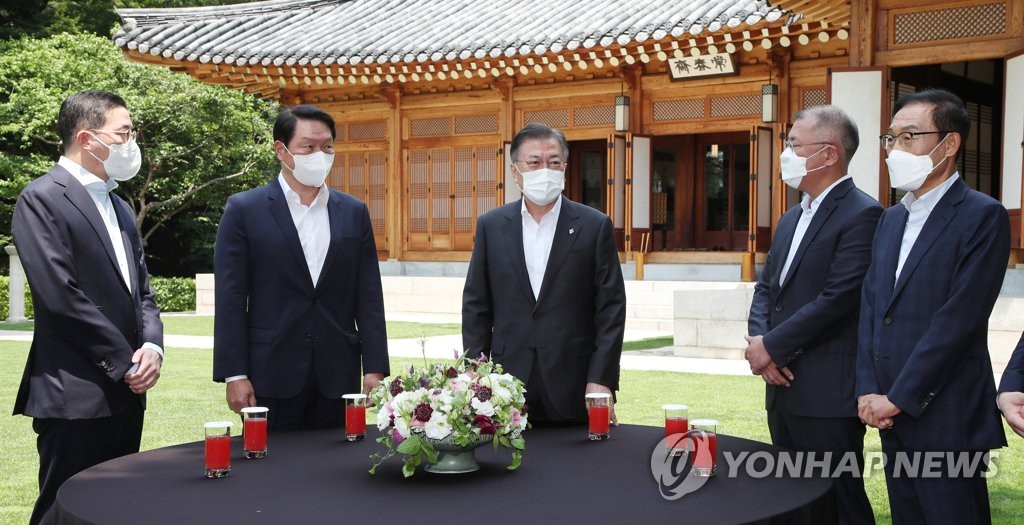 President Moon Jae-in (C) talks with the leaders of South Korea's top four conglomerates in front of the Sangchunjae guesthouse inside Cheong Wa Dae in Seoul on June 2, 2021. From left are LG Group Chairman Koo Kwang-mo, SK Group Chairman Chey Tae-won, Hyundai Motor Group Chairman Chung Eui-sun and Samsung Electronics Vice Chairman Kim Ki-nam. (Yonhap)
