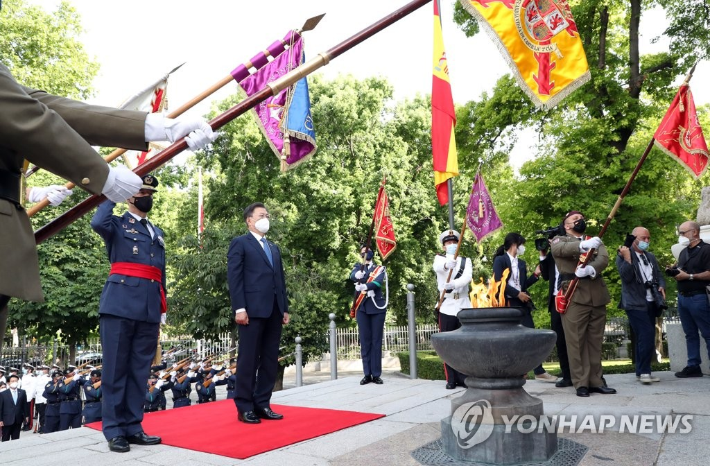 South Korean President Moon Jae-in (2nd from L) pays homage at Spain's war dead during a visit to the Monument to the Fallen for Spain in Madrid on June 16, 2021. (Yonhap)