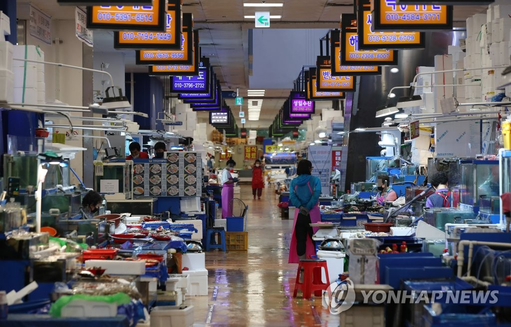 Noryangjin Fisheries Wholesale Market in Seoul is quiet on July 13, 2021, the second day of the implementation of the toughest social distancing measures in the greater Seoul area amid the fourth wave of COVID-19. (Yonhap)