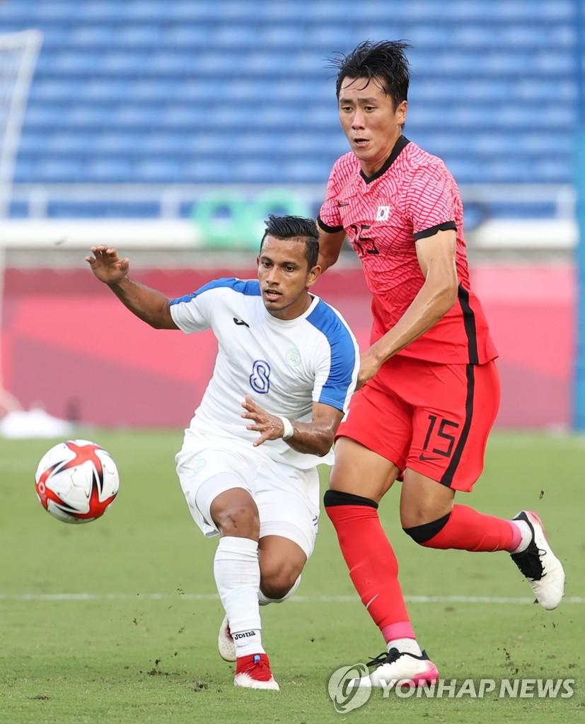 Won Du-jae of South Korea battles Edwin Rodriguez of Honduras for the ball during the teams' Group B match at the Tokyo Olympic men's football tournament at International Stadium Yokohama in Yokohama, Japan, on July 28, 2021. (Yonhap)