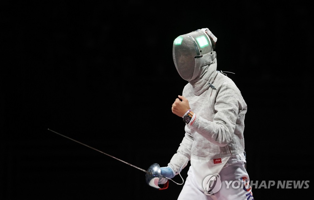 Kim Jung-hwan of South Korea celebrates a point against Italy during the final of the men's team sabre fencing event at the Tokyo Olympics at Makuhari Messe Hall B in Chiba, Japan, on July 28, 2021. (Yonhap)
