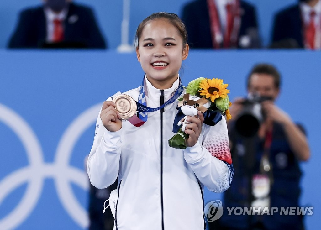 South Korean gymnast Yeo Seo-jeong poses with her bronze medal from the women's vault event at the Tokyo Olympics at Ariake Gymnastics Centre in Tokyo on Aug. 1, 2021. (Yonhap)