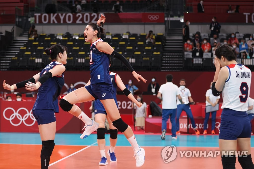 South Korean players celebrate a point against Turkey in the quarterfinals of the Tokyo Olympic women's volleyball tournament at Ariake Arena in Tokyo on Aug. 4, 2021. (Yonhap)