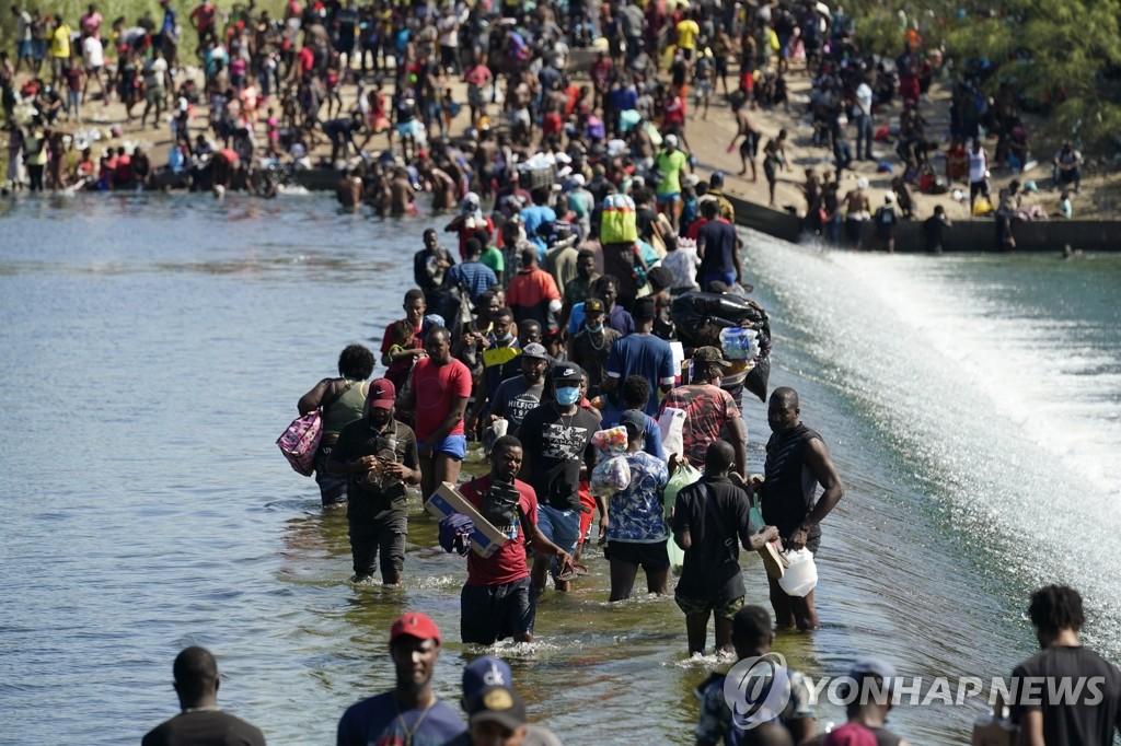 멕시코 국경 넘어 미국으로 밀려드는 이민자 행렬