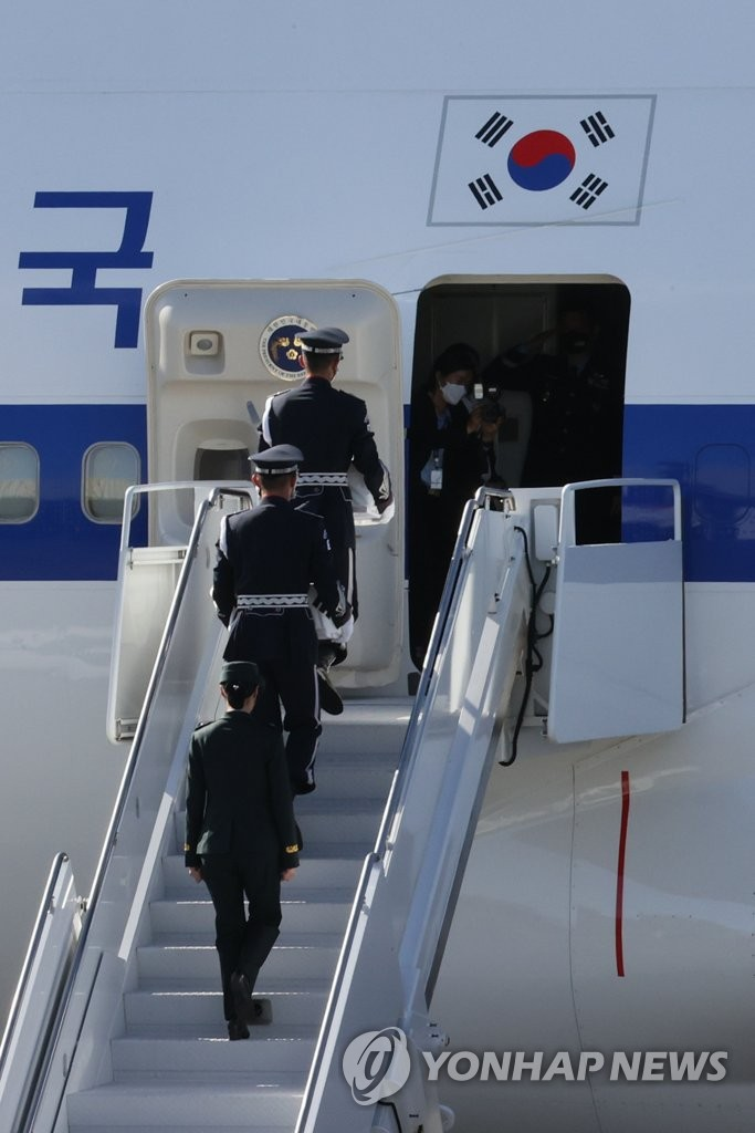 A South Korean honor guard carries boxes of two identified remains of South Korean soldiers killed in the 1950-53 Korean War onto South Korean President Moon Jae-in's presidential jet at Hickam Air Force Base in Honolulu, Hawaii, on Sept. 22, 2021, as South Korea and the United States hold an alliance ceremony to transfer the remains of Korean and American troops killed during the three-year conflict. (Yonhap)