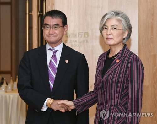 Kang maintains uncertainty over renewal of military pact with Japan in talks with Kono